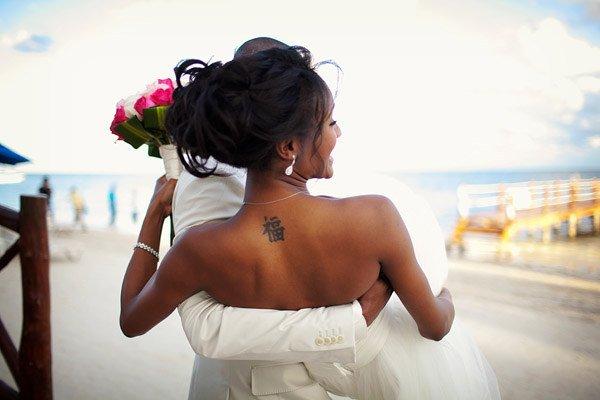 наряд невесты с татуировкой