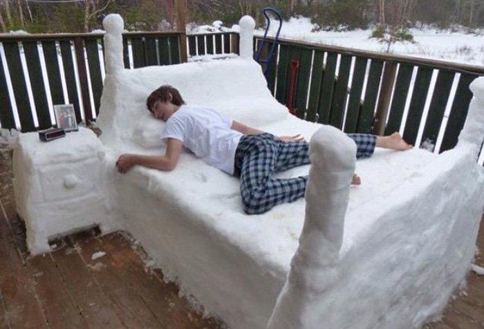 Кровать из снега