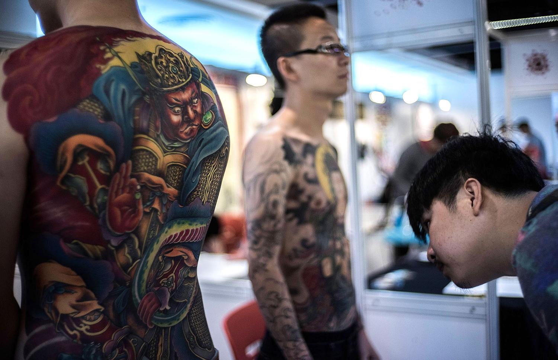 яркие татуировки на спине