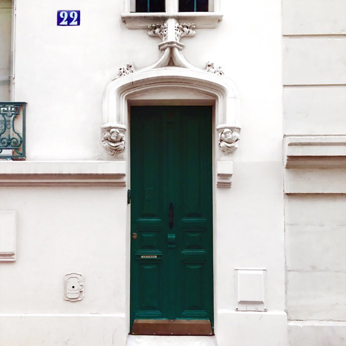 Темно-зеленая дверь