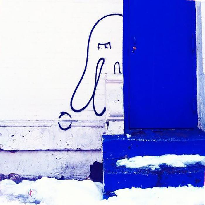 Ярко синяя дверь