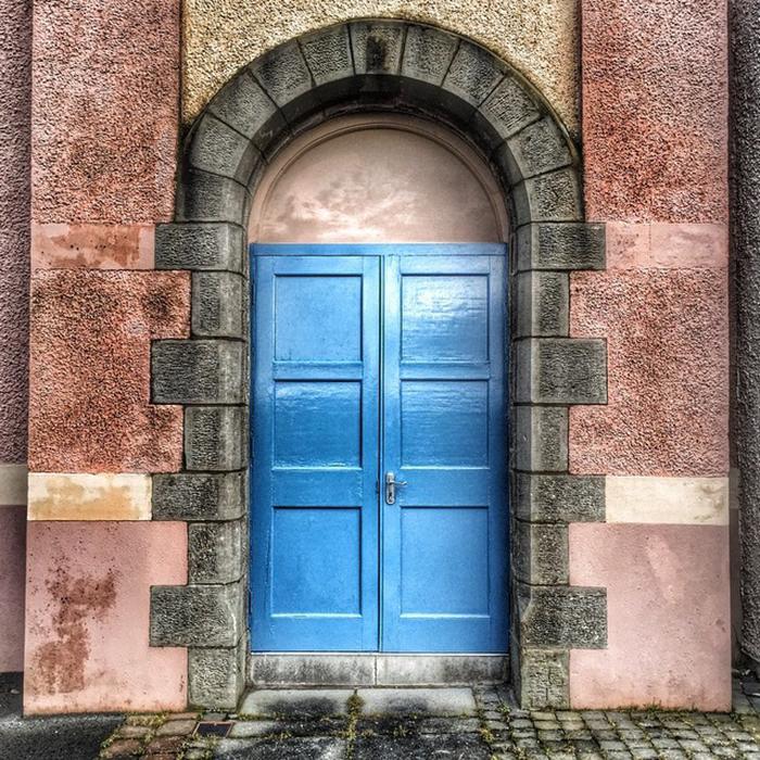 Красивые синие двери