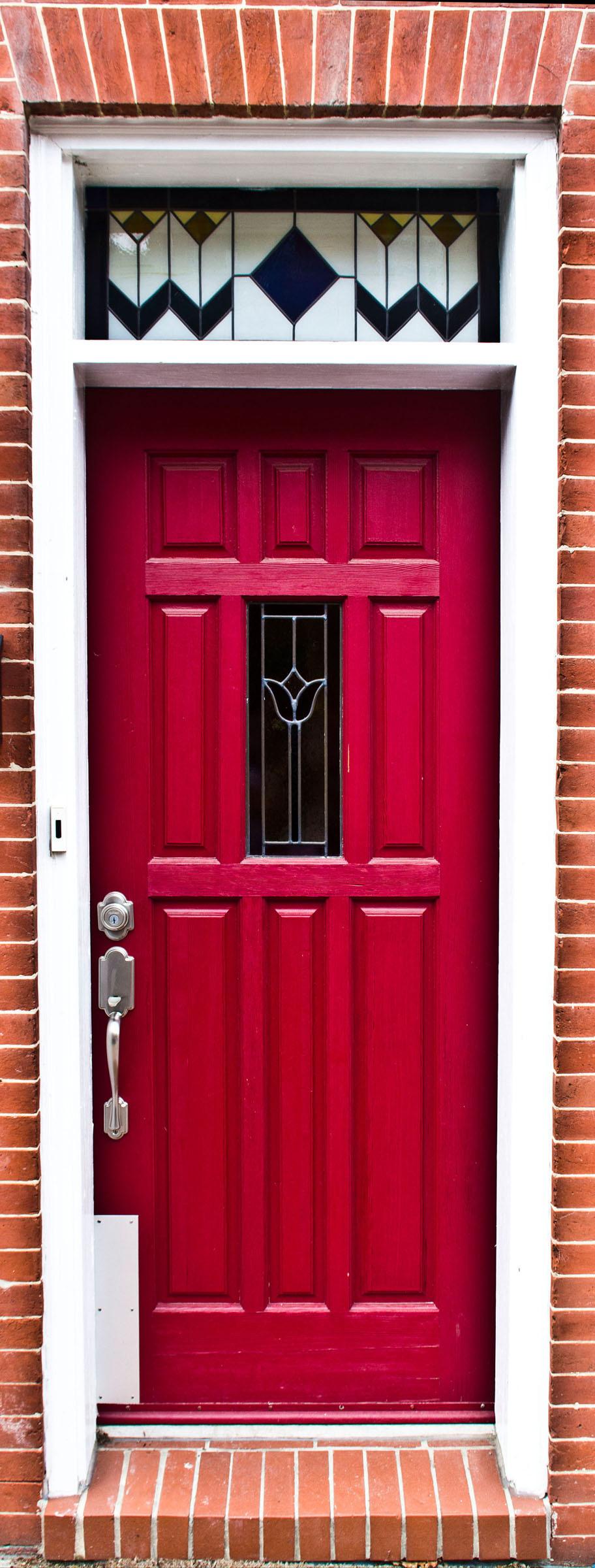 Красивая красная дверь