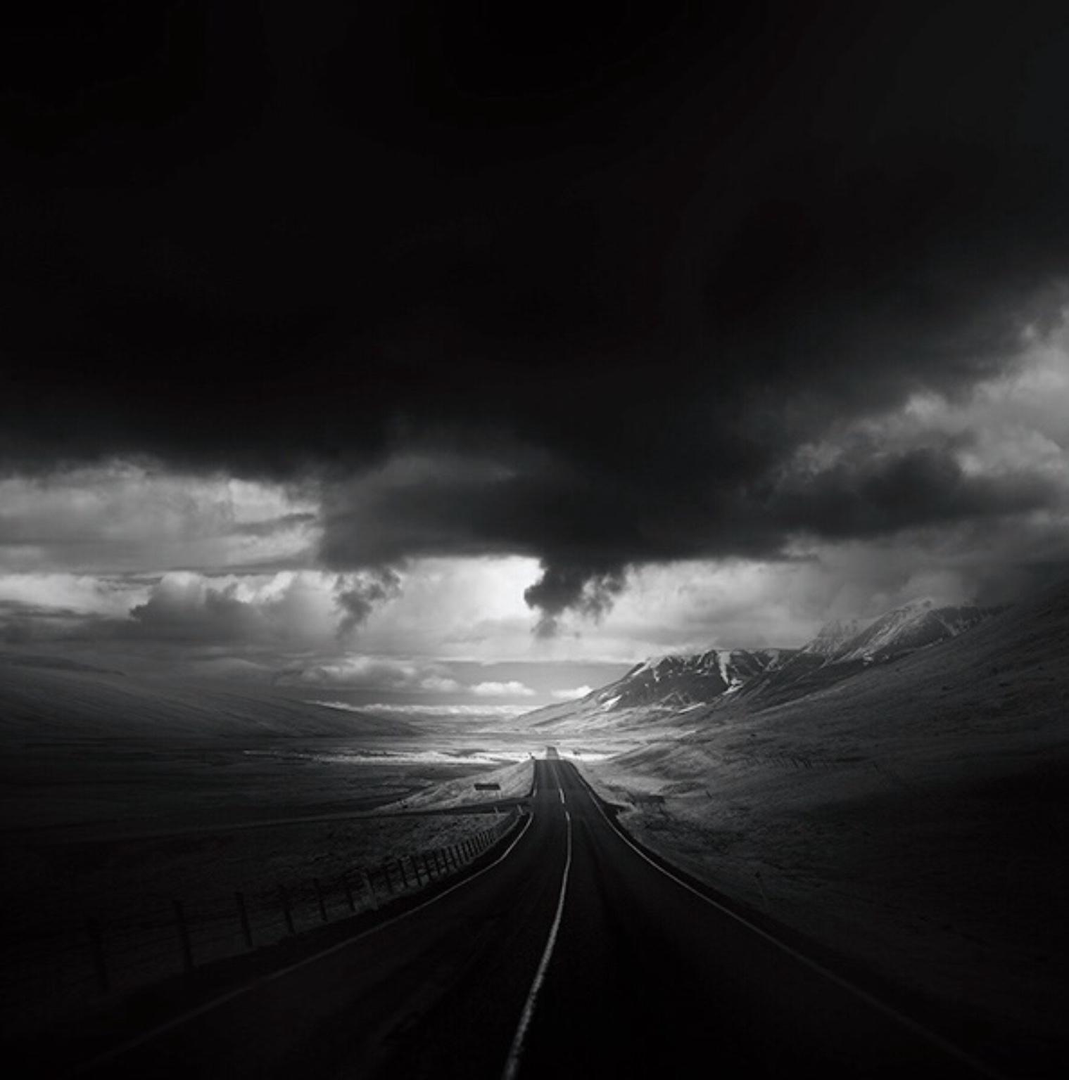 темное небо и дорога