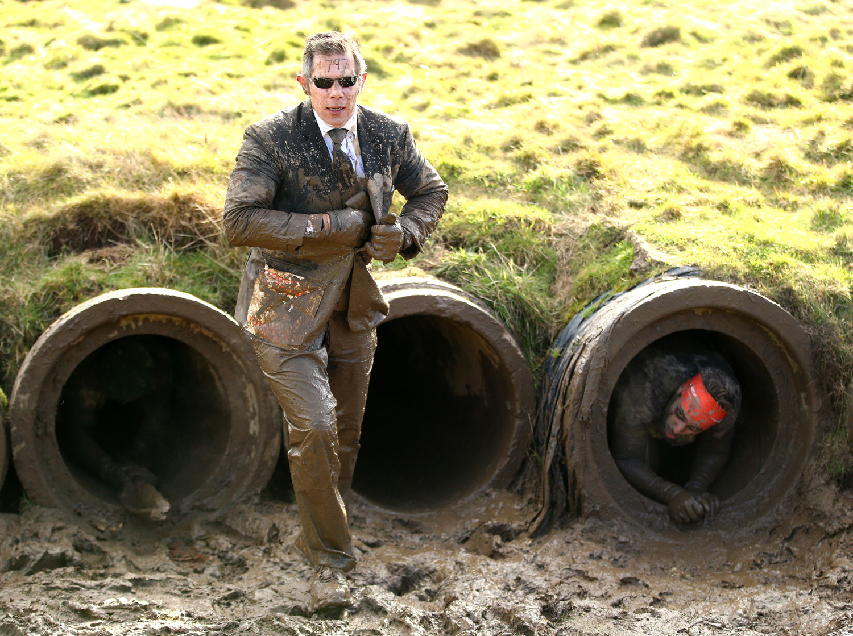 мужчина в грязи