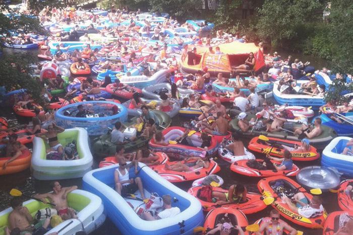 Люди в лодках
