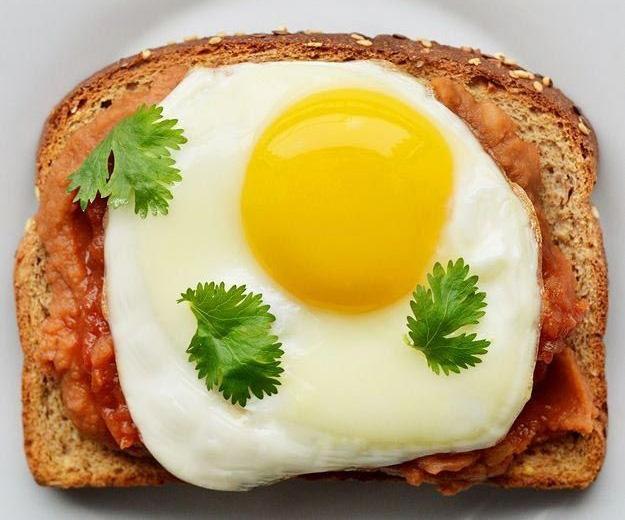 идеи на завтрак: Тост с фасолью и яйцом