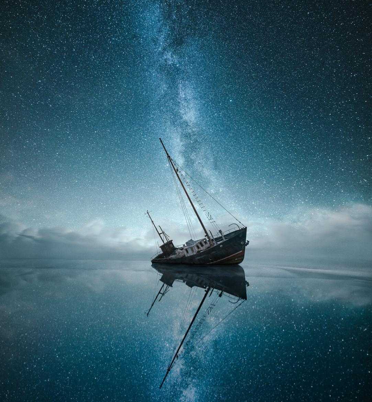 Звездное небо и корабль