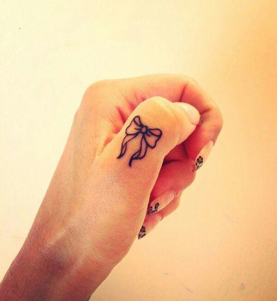 татуировка бант на пальце