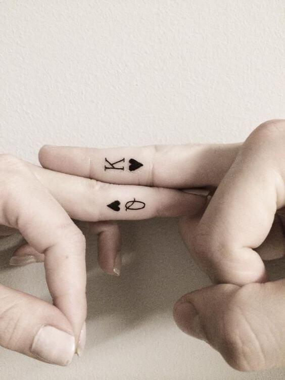 парные татуировки на пальцах