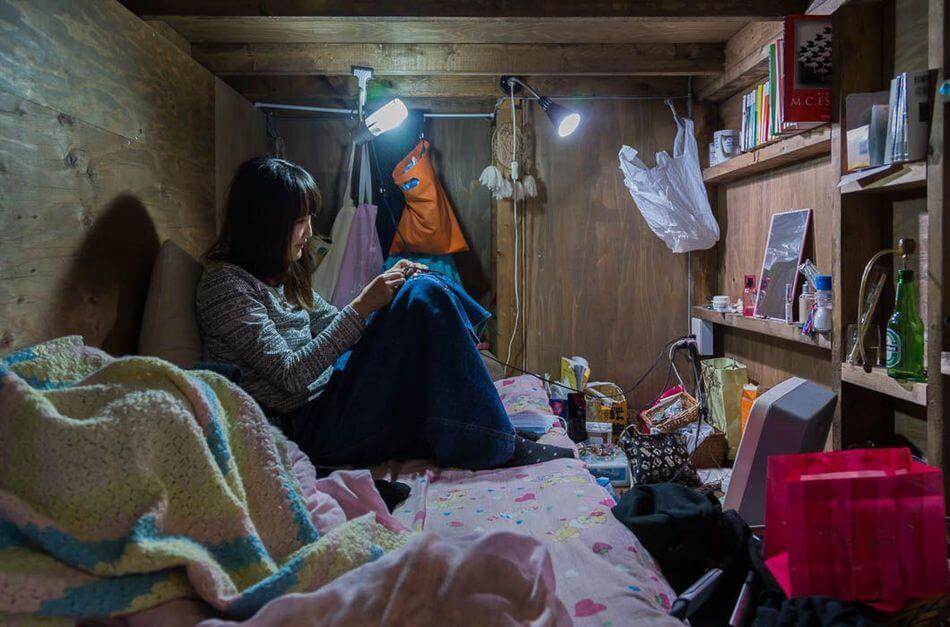 13-Photographs-That-Show-How-The-Japanese-Live-In-Capsule-Apartments-Artnaz-com-3