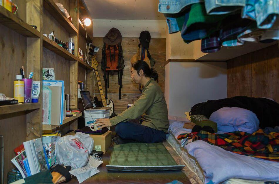 13-Photographs-That-Show-How-The-Japanese-Live-In-Capsule-Apartments-Artnaz-com-4