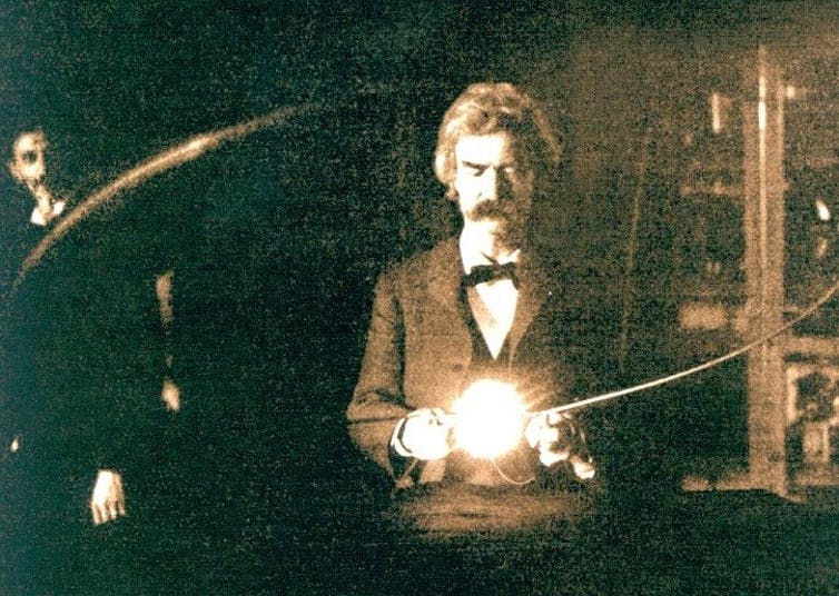 Марк Твен держит экспериментальную вакуумную лампу Теслы, 1894 год.