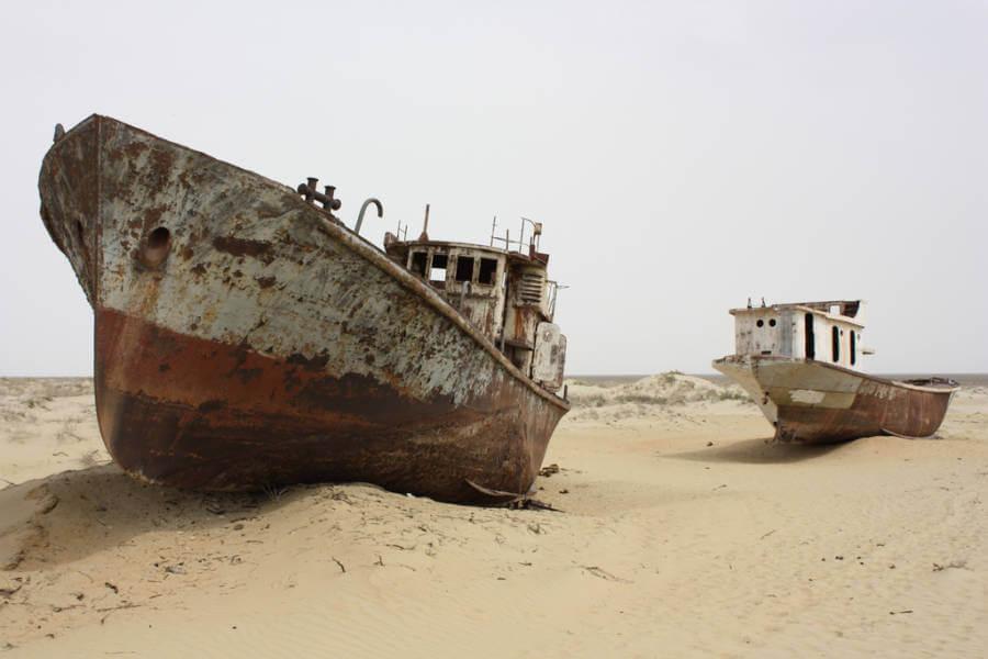 Рыболовнче судна в пересохшем Аральском море