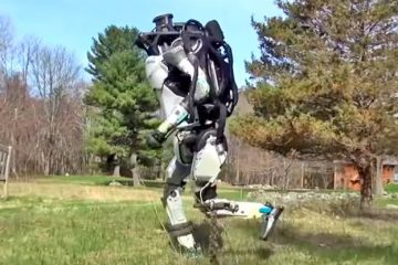 Робот бегает
