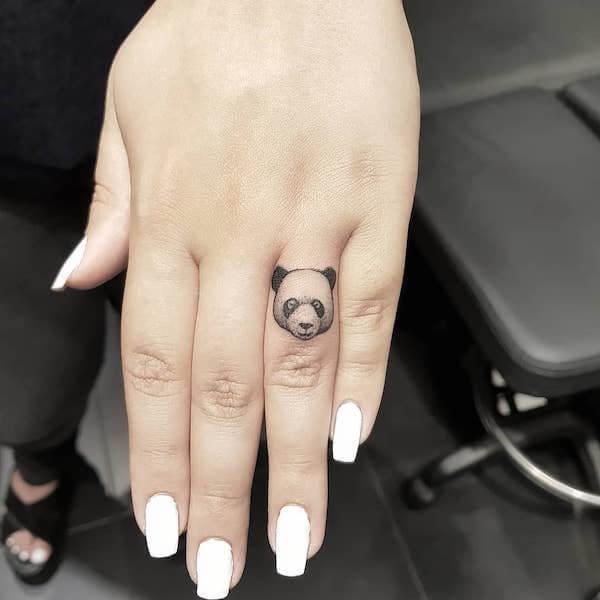 панда на пальце тату