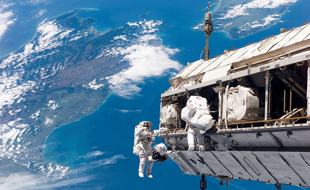 астронафты в космосе