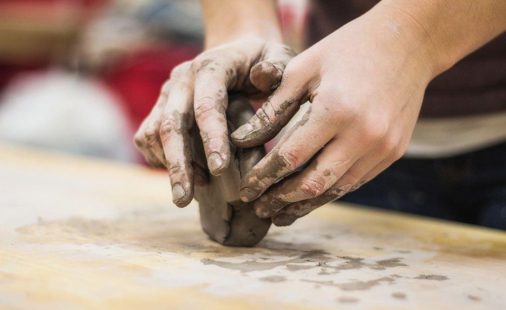 овладеть навыками лепки из глины