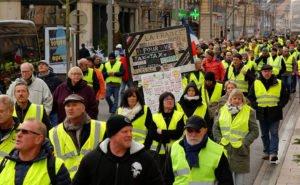 Желтые жилеты протестуют против цен на топливо в Париже, Франция - 17 ноября 2018 года
