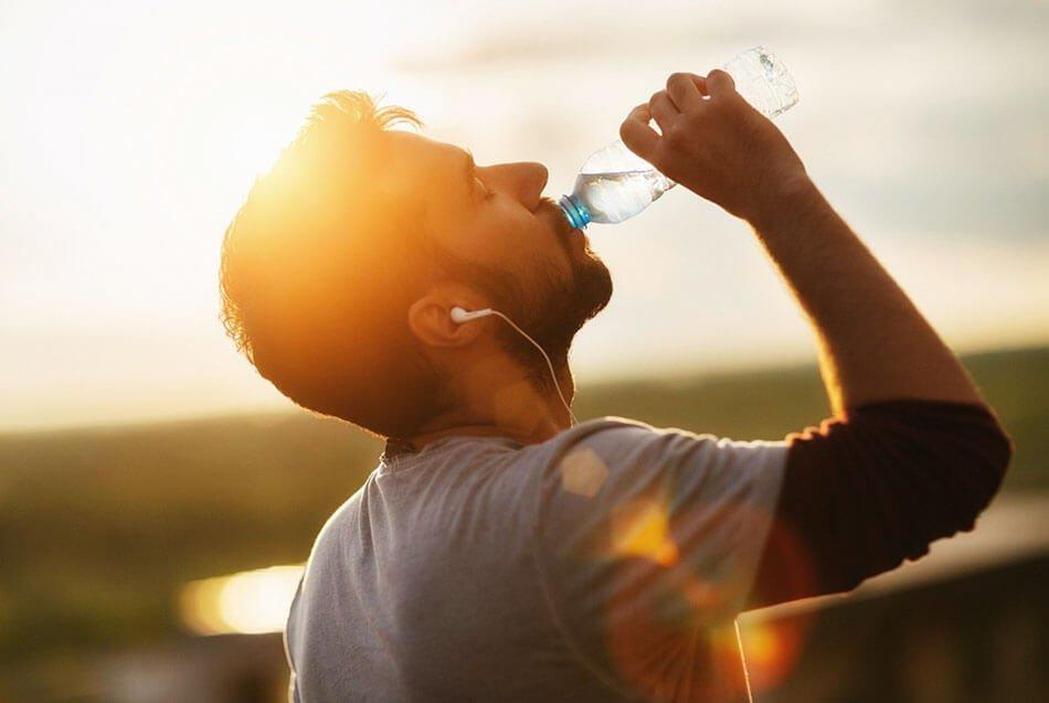 пить воду в жаркую погоду