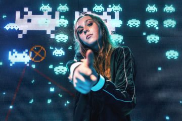 девушка играет в видеоигру