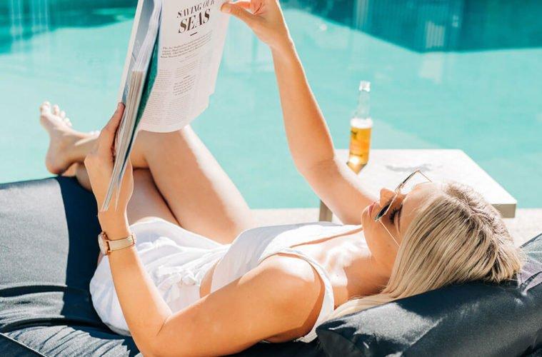 утро девушка читает