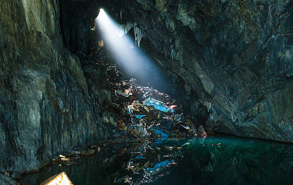 свалка мусора в пещере