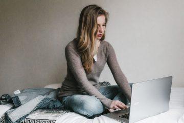 девушка за ноутбуком работает дома