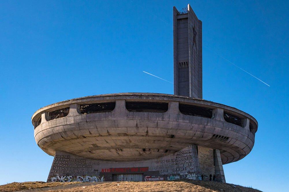 Заброшенный монумет в Болгарии