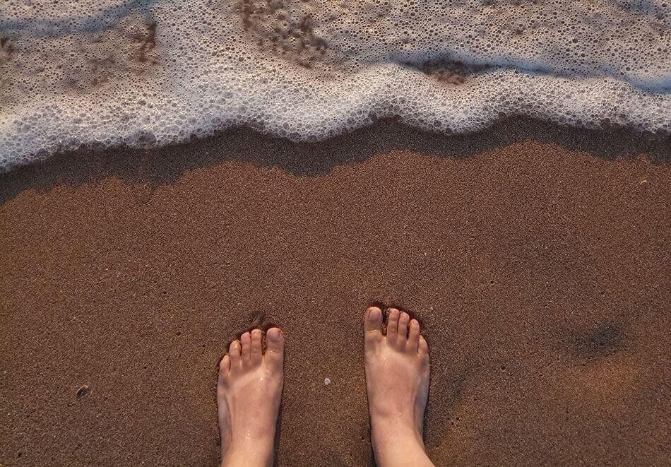ходить босиком по пляжу